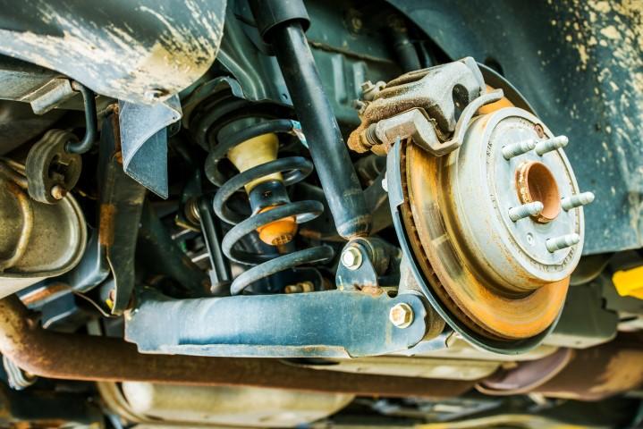 Część zawieszenia przedniego samochodu - resor w czasie naprawy